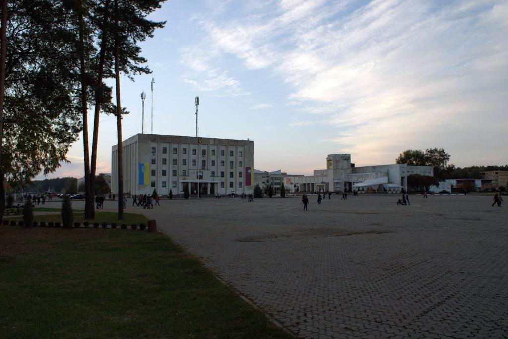 Sławutycz - widok na plac centralny i budynek rady miejskiej / Fot. Tomasz Róg