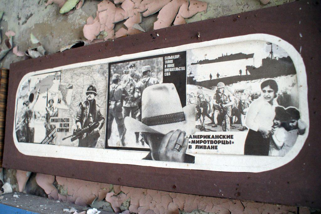 Plakat propagandowy w centrum administracyjnym anteny. Fot. Tomasz Róg