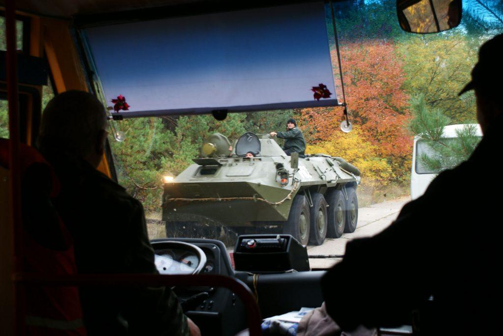 Wyjeżdżając z terenu Oka Moskwy spotkaliśmy ukraińskie wojsko, poruszające się pojazdami opancerzonymi. To dość nietypowy widok w tym miejscu. Fot. Tomasz Róg