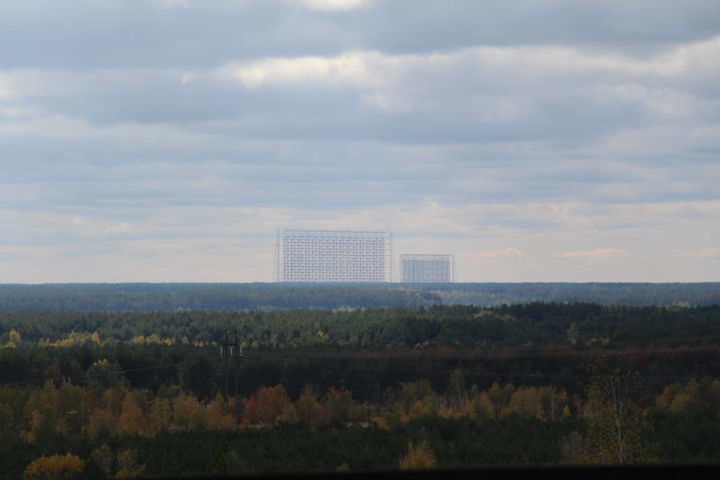 Widok na radar Duga z dachu budynku bloku reaktora nr 5 / Fot. Małgorzata Świeżowska