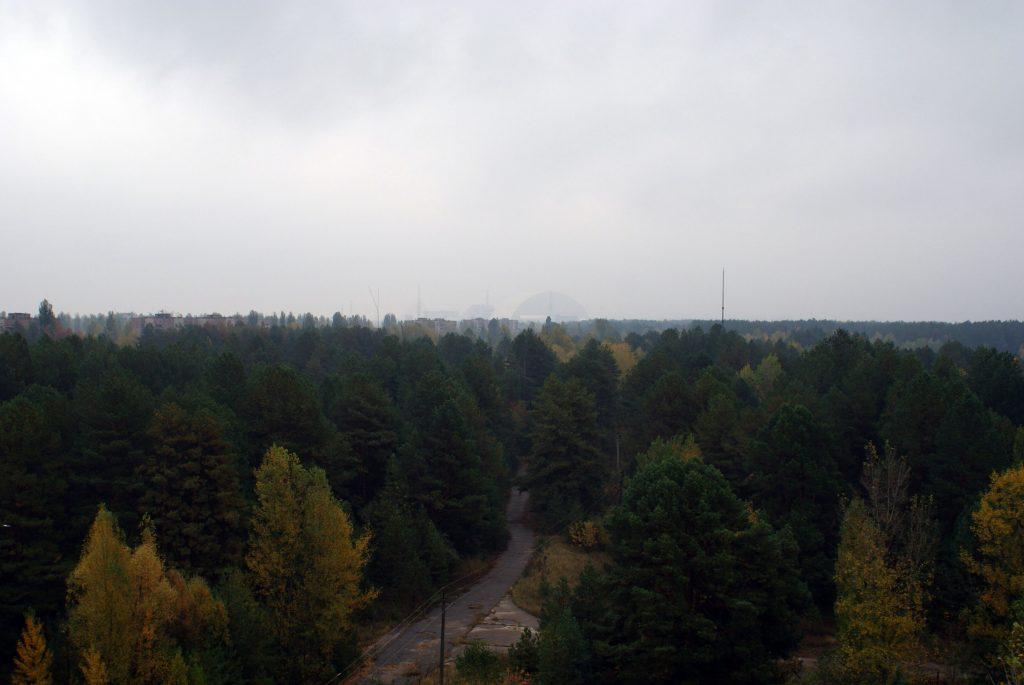 Widok z dachu budynku administracyjnego na elektrownię. P.S. Dzień był bardzo deszczowy. / Fot. Tomasz Róg