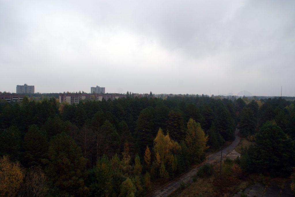 Widok z dachu budynku administracyjnego na Prypeć i elektrownię. P.S. Dzień był bardzo deszczowy. / Fot. Tomasz Róg