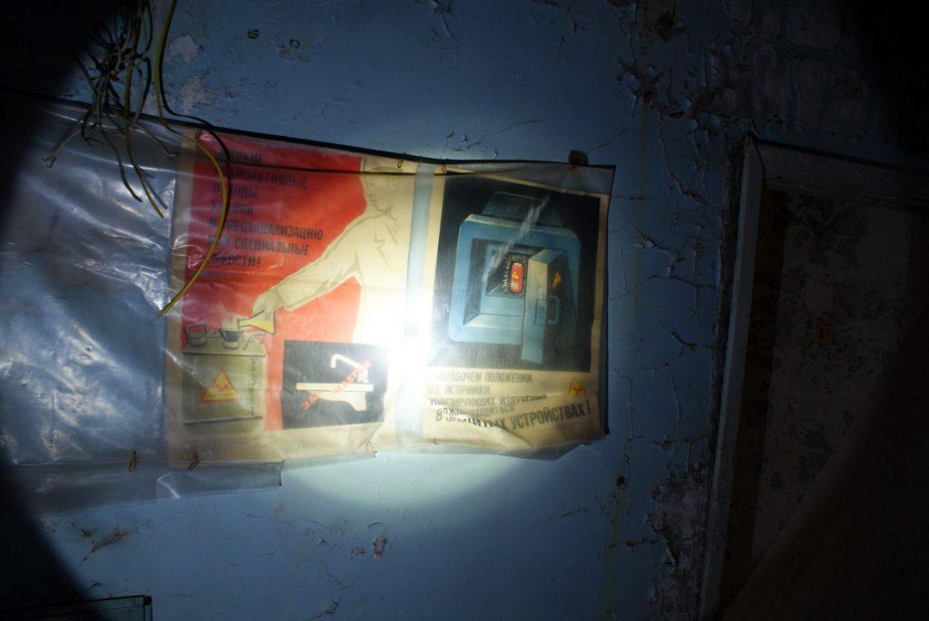 Plakat ostrzegawczy na jednym z korytarzy w budynku administracyjnym. / Fot. Tomasz Róg