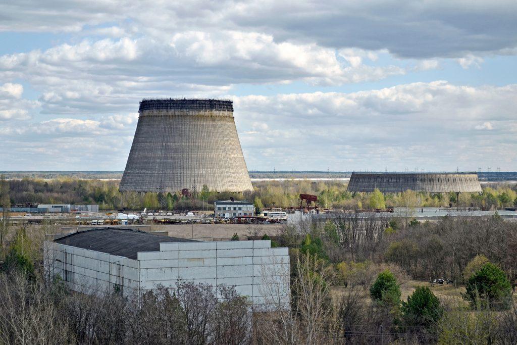 Widok na chłodnie kominowe z dachu bloku reaktora nr 5. Fot. Andrzej Bryśkiewicz
