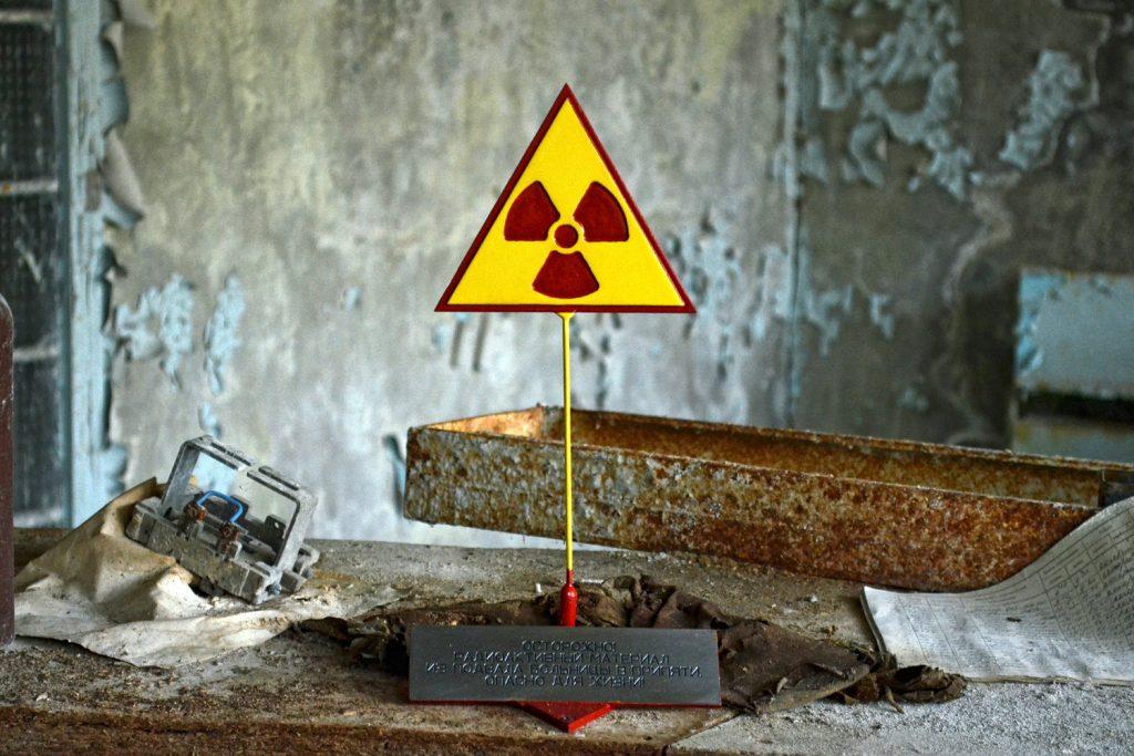 """Znak """"Uwaga radioaktywność"""" w jednym z pomieszczeń zakładów radiowych Jupiter. Fot. Andrzej Bryśkiewicz"""