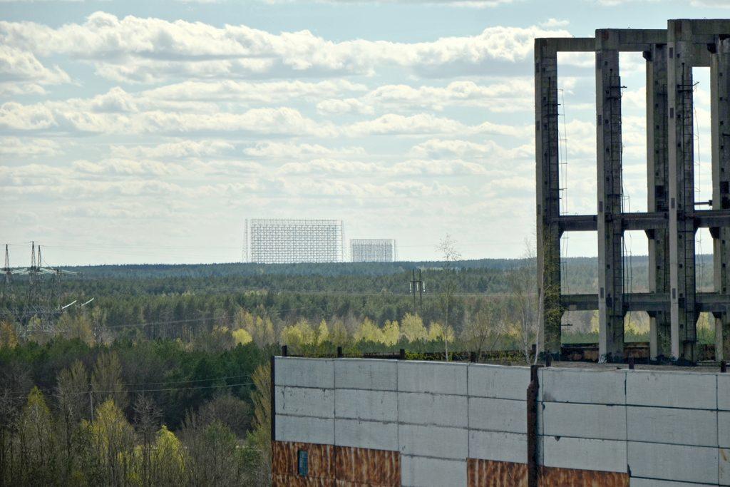 Widok na kompleks radarowy Duga z dachu bloku nr 5 elektrowni. Fot. Andrzej Bryśkiewicz