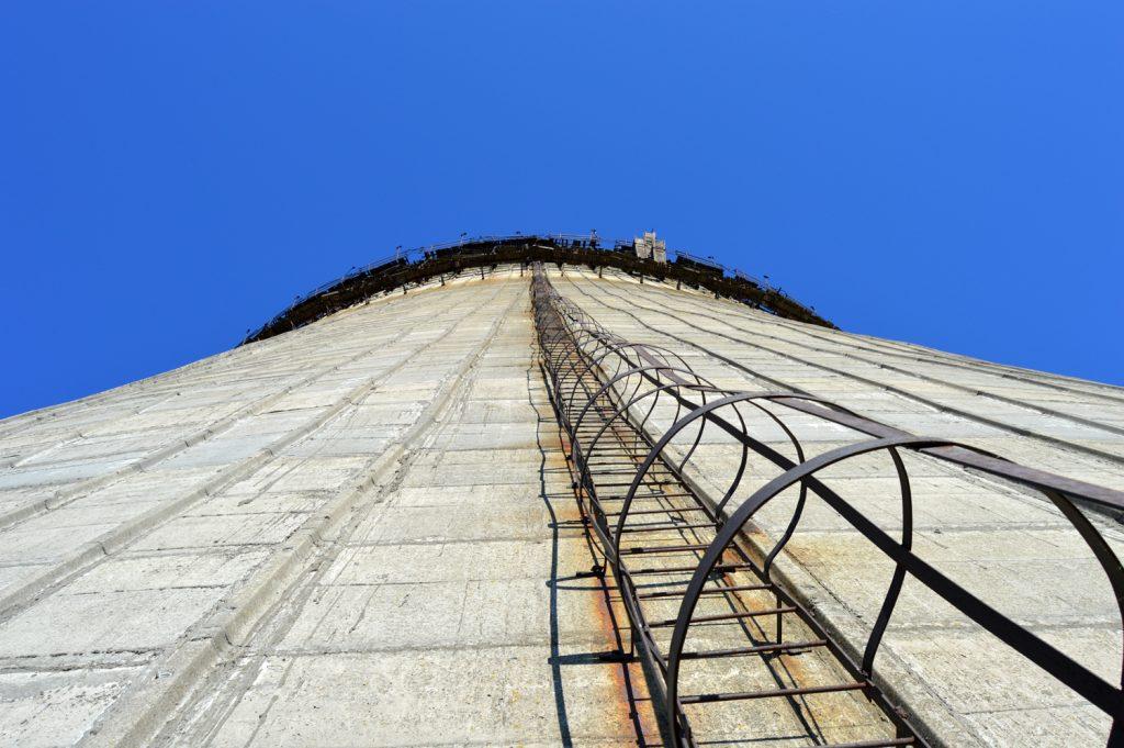 Drabinka na szczyt nieukończonej chłodni kominowej. Wyprawa - jesień 2015 r. Fot. Staszek (stalker)