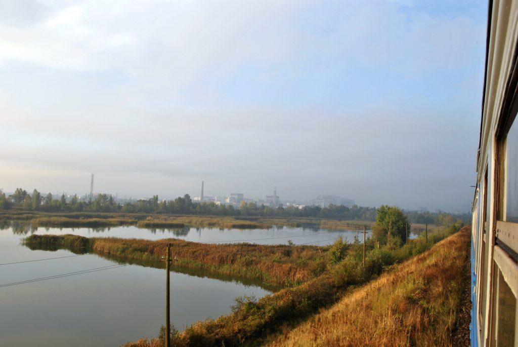 Zdjęcie elektrowni z okna pociągu pracowniczego. Wyprawa pierwsza - wrzesień 2012 r. Fot. Staszek (stalker)