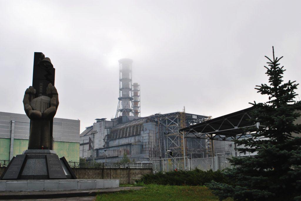 Widok na blok czwarty elektrowni i stojące dwa kominy wentylacyjne. Wyprawa pierwsza - wrzesień 2012 r. Fot. Staszek (stalker)