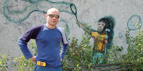 """Sebastian Marciak i """"Chłopiec z bańkami mydlanymi"""". Czerwiec 2009. Fot. Adam Skrzyński"""