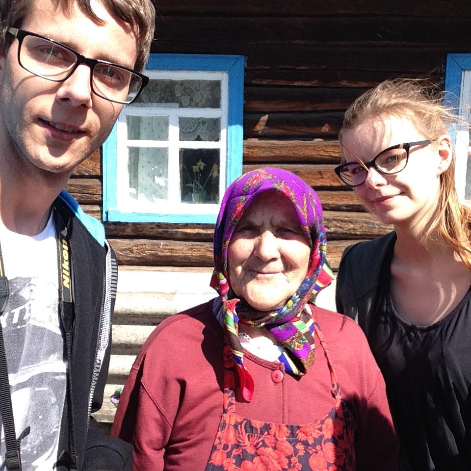 Od prawej: Karolina Prusińska, babcia Hania ze wsi Kupowate i Andrzej Bryśkiewicz. Fot. Archiwum Karoliny Prusińskiej