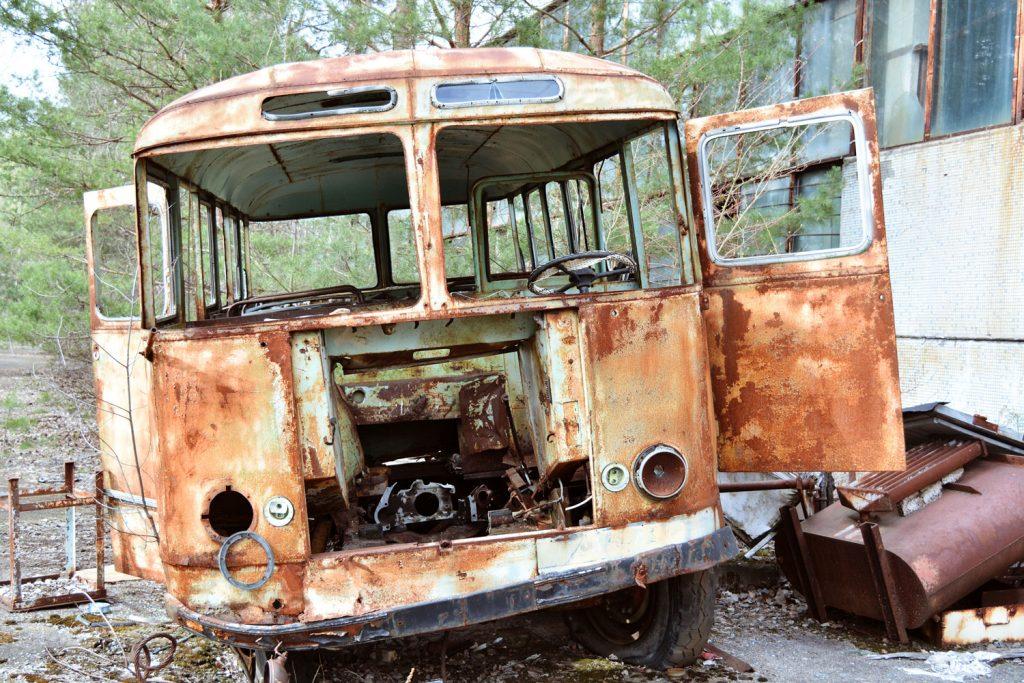 Porzucony autobus przy zakładach Jupiter. Fot. Karolina Prusińska