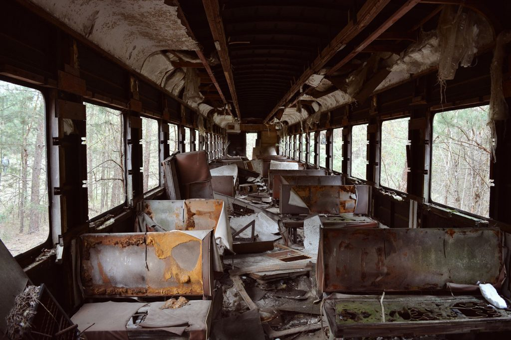 Jeden ze zdewastowanych wagonów kolejowych. Fot. Karolina Prusińska