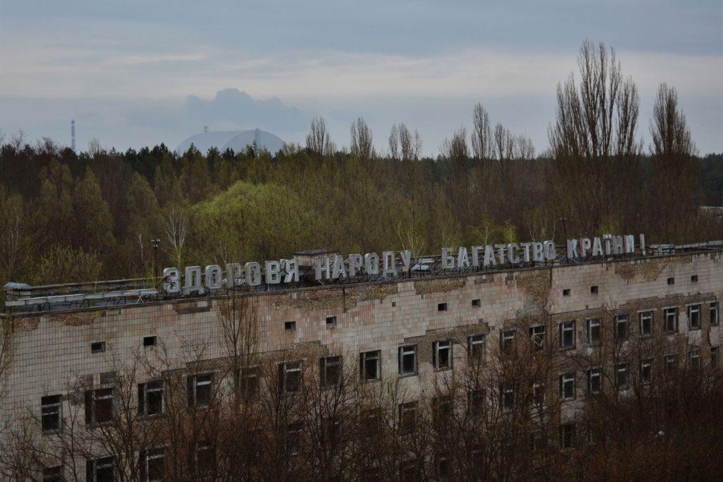 """""""Zdrowie narodu - bogactwo państwa"""" - napisz na dachu budynku szpitala w Prypeci. Fot. Karolina Prusińska"""