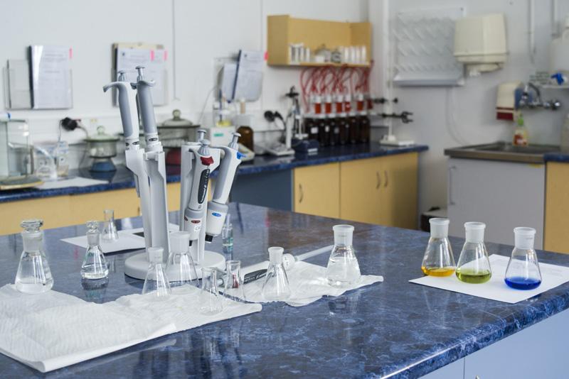 Laboratorium kontroli jakości - pracownia analiz fizykochemicznych. Fot. Karolina Prusińska