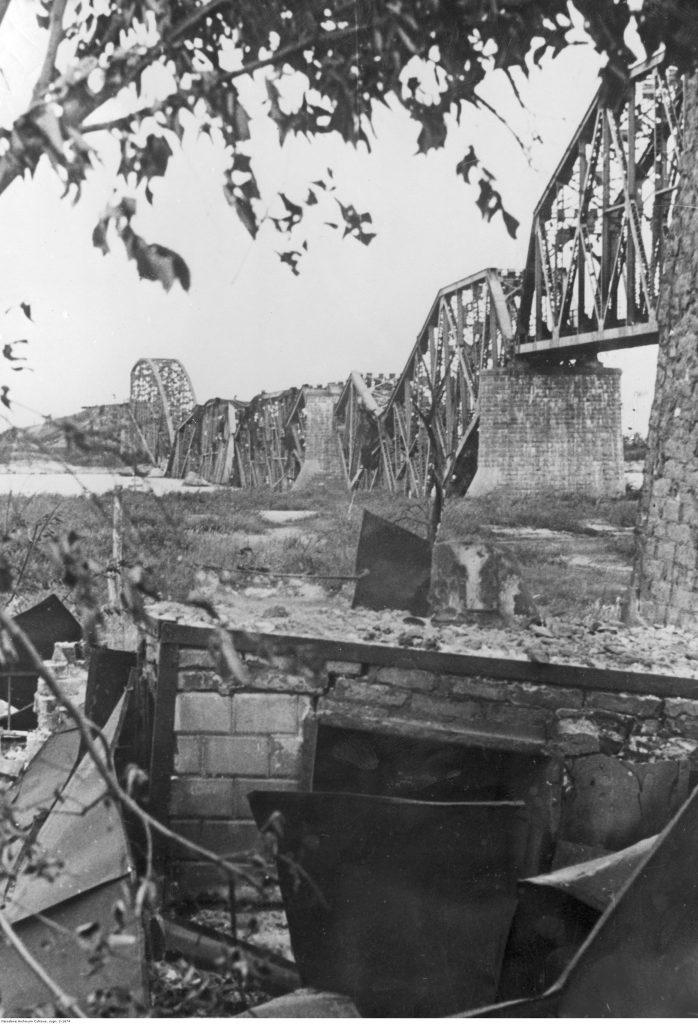 Wysadzony przez wojska radzieckie most na Prypeci w okolicach Janowa. Fot. Narodowe Archiwum Cyfrowe