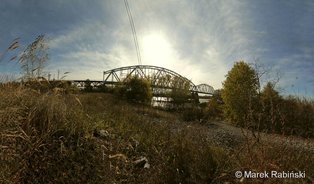 Aktualny wygląd mostu na Prypeci. Widoczne są subtelne różnice w konstrukcji starych przęseł, a nowych – dobudowanych po wysadzeniu. Fot. Marek Rabiński