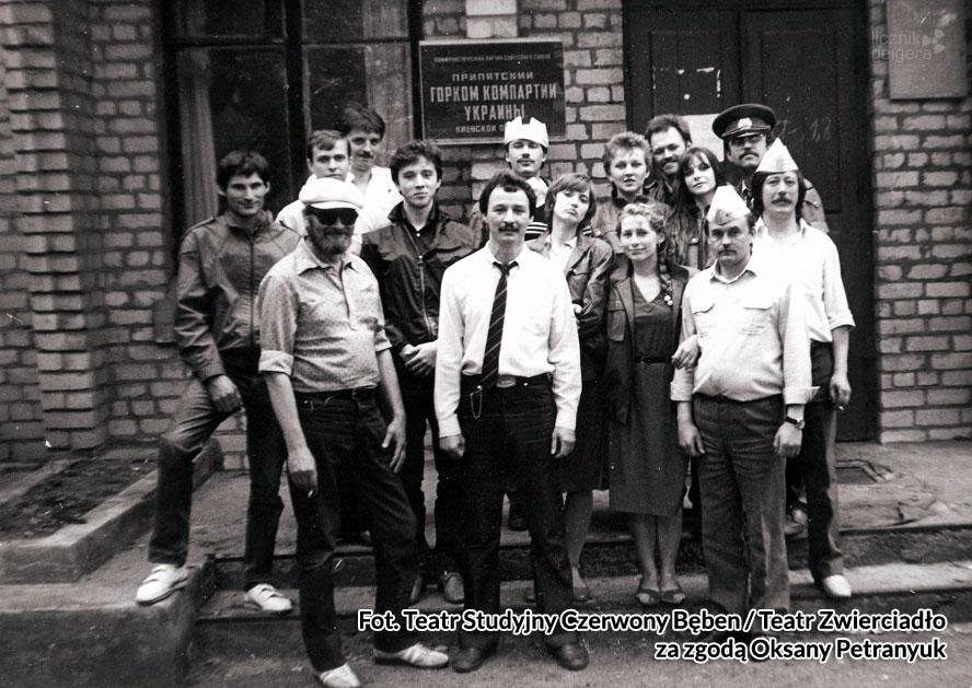 Grupa teatralna przed budynkiem partii w Prypeci. Fot. Teatr Studyjny Czerwony Bęben / Teatr Zwierciadło za zgodą Oksany Petranyuk
