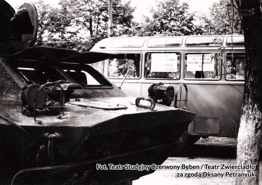 Autobus, którym podróżowali aktorzy. Fot. Teatr Studyjny Czerwony Bęben / Teatr Zwierciadło za zgodą Oksany Petranyuk