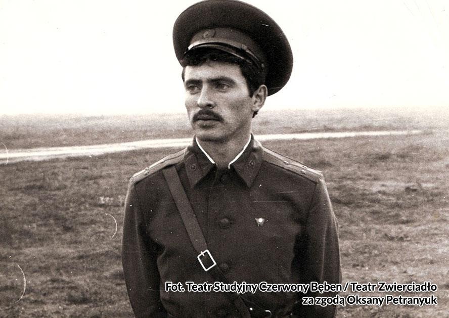 Starszy porucznik Jurij Faktorowicz. Fot. Teatr Studyjny Czerwony Bęben / Teatr Zwierciadło za zgodą Oksany Petranyuk