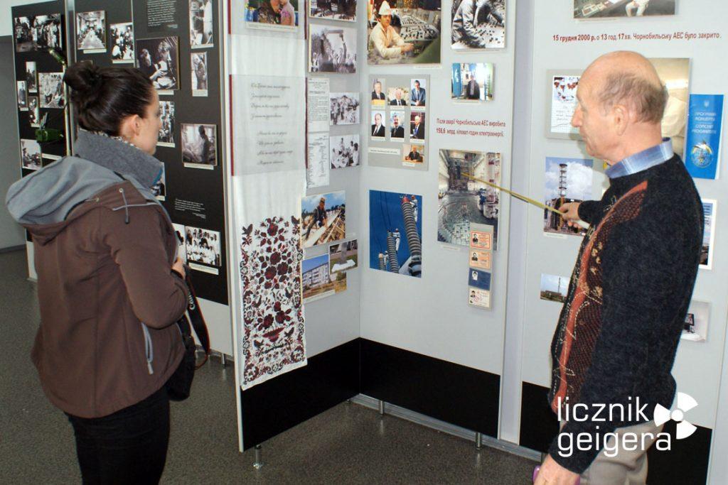 Dyrektor muzeum Jewgienij Abdulajewicz Alimow opowiada o ekspozycji poświęconej elektrowni atomowej w Czarnobylu. Fot. Tomasz Róg