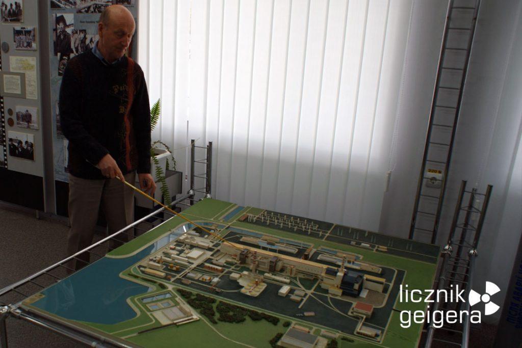 Dyrektor Muzeum Jewgienij Abdulajewicz Alimow przy makiecie czarnobylskiej elektrowni. Fot. Tomasz Róg