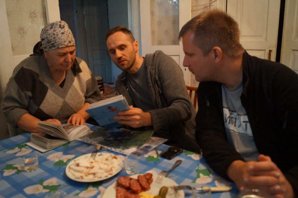 Wizyta u samosiołki Walentyny w miasteczku Czarnobyl. Fot. Andrij Erdniiev, Tomasz Róg, Paweł Sekuła