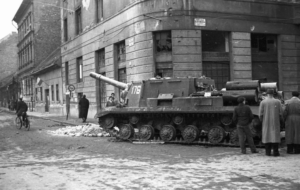 Sowieckie ISU-152 na ulicach Budapesztu. Fot. FORTEPAN / Nagy Gyula – CC BY-SA 3.0