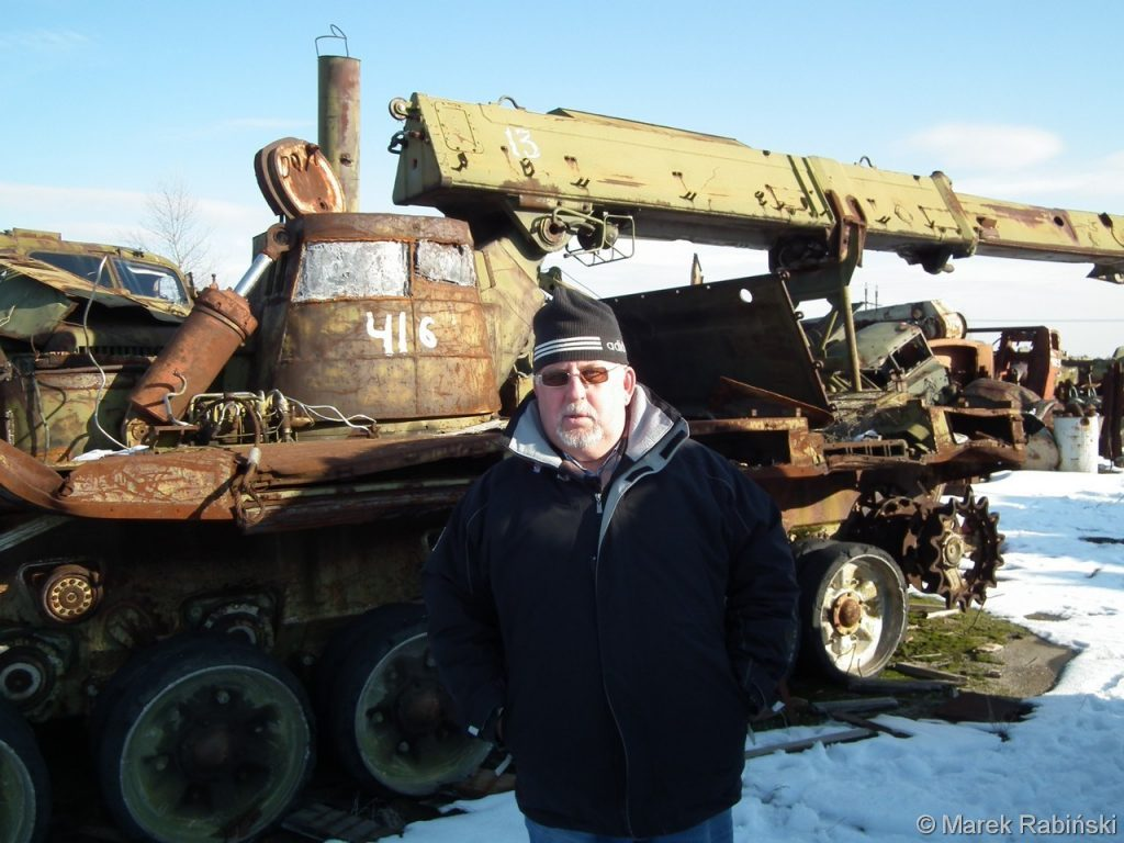 Siergiej Akulinin przy pojeździe IMR-2 na składowisku Burakówka. Fot. Marek Rabiński