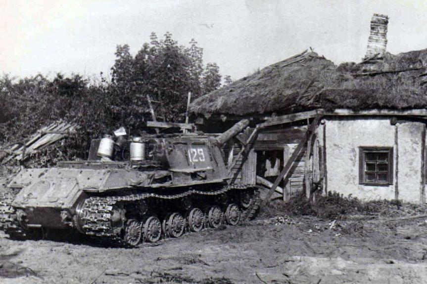 ISU-152 podczas prac w Czarnobylskiej Strefie Wykluczenia. Fot. tankist-31.livejournal.com