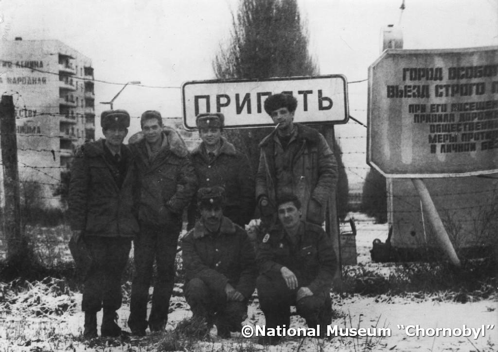 """Mykoła Alochin (pierwszy z lewej) ze swoimi kolegami przed punktem kontrolnym przy wjeździe do Prypeci. 1992 r. Fot. archiwum Muzeum Narodowego """"Czarnobyl"""""""